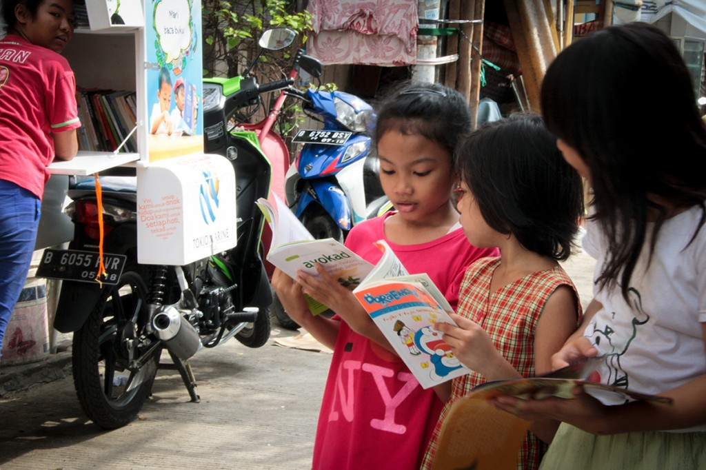 s130779-1 & s130816-1: Motorcycle library educates children in crowded area