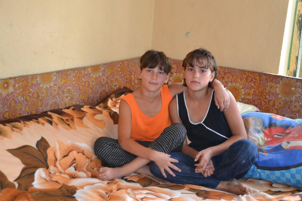 Laura impreuna cu sora ei geamana, Marilena.