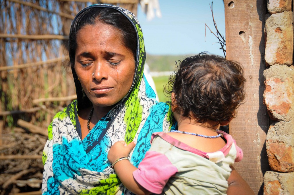Madhuri Maharana nu-si poate stapani lacrimile. Ciclonul Phailin i-a distrus casa complet.