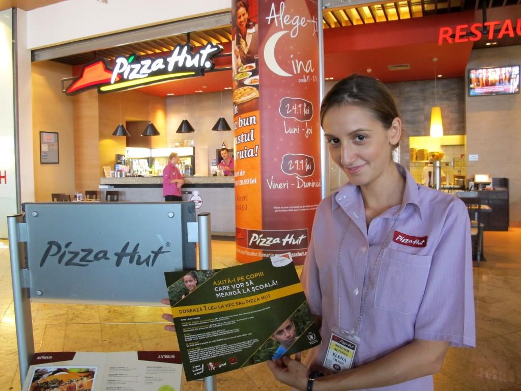 Angajatii restaurantelor Pizza Hut si KFC se implica trup si suflet pentru a strange cat mai multi bani.