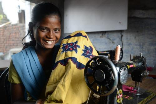 Bucuria fetelor de a fi parte din acest grup care invata frumusetea croitoriei vesmintelor traditionale indiene