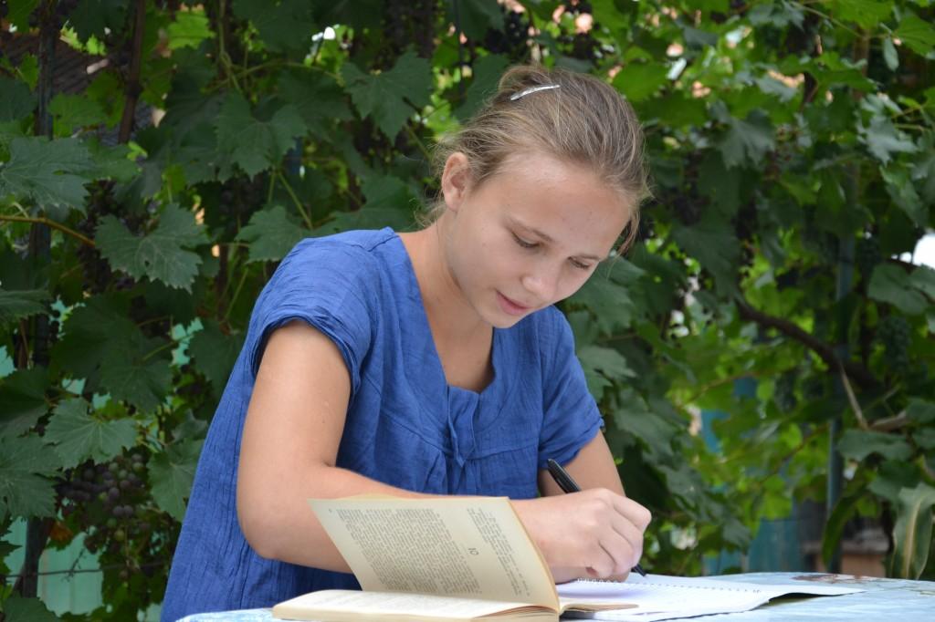 Investind in educatia copiilor nevoiasi de la sate, contribuiti la o Romanie mai prospera.