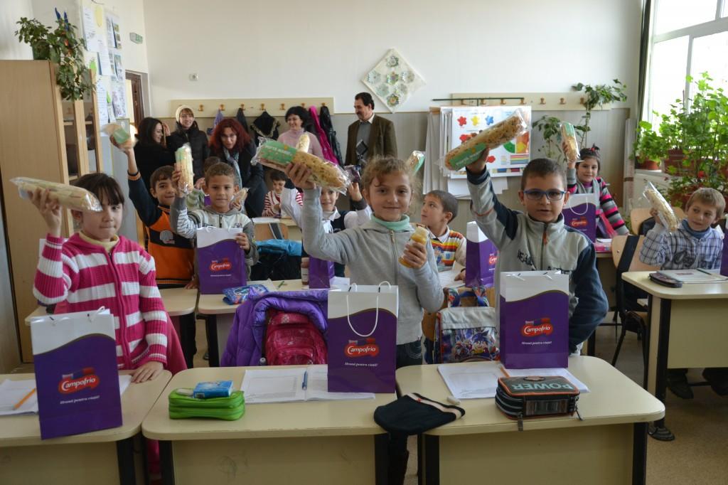 Campofrio ofera pachetele cu alimente pentru 4000 de copii din proiectele World Vision Romania