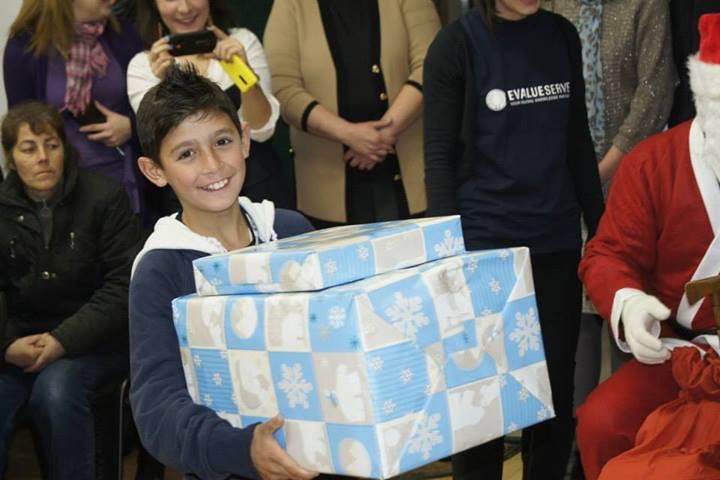 Mos Craciun a impartit cadourile cu ajutorul prietenilor sai de la Evalueserve.