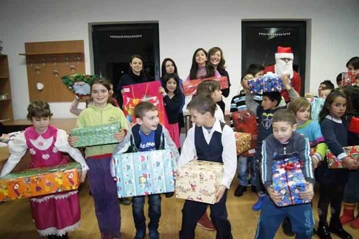 """Copiii de la centrul after school """"Stefan Emilian"""" din Bontida bucurandu-se de cadourile pe care i le-au cerut Mosului in scrisorile trimise acum cateva saptamani."""