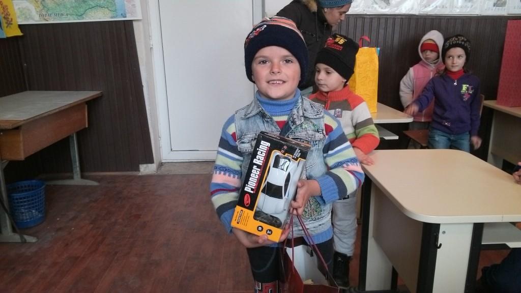 Mos Craciun a oferit, cu ajutorul World Vision Craiova, cadouri copiilor nevoiasi din satele doljene in care lucram.