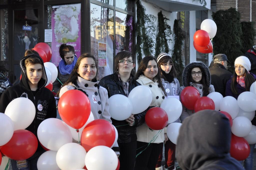 """Cu ocazia Zilei Mondiale de Lupta Impotriva HIV/SIDA si a Zilei Internationale a Persoanelor cu Dizabilitati colegii din biroul World Vision Romania din Valcea au organizat campania de sensibilizare si constientizare """"Spune NU discriminarii!""""."""