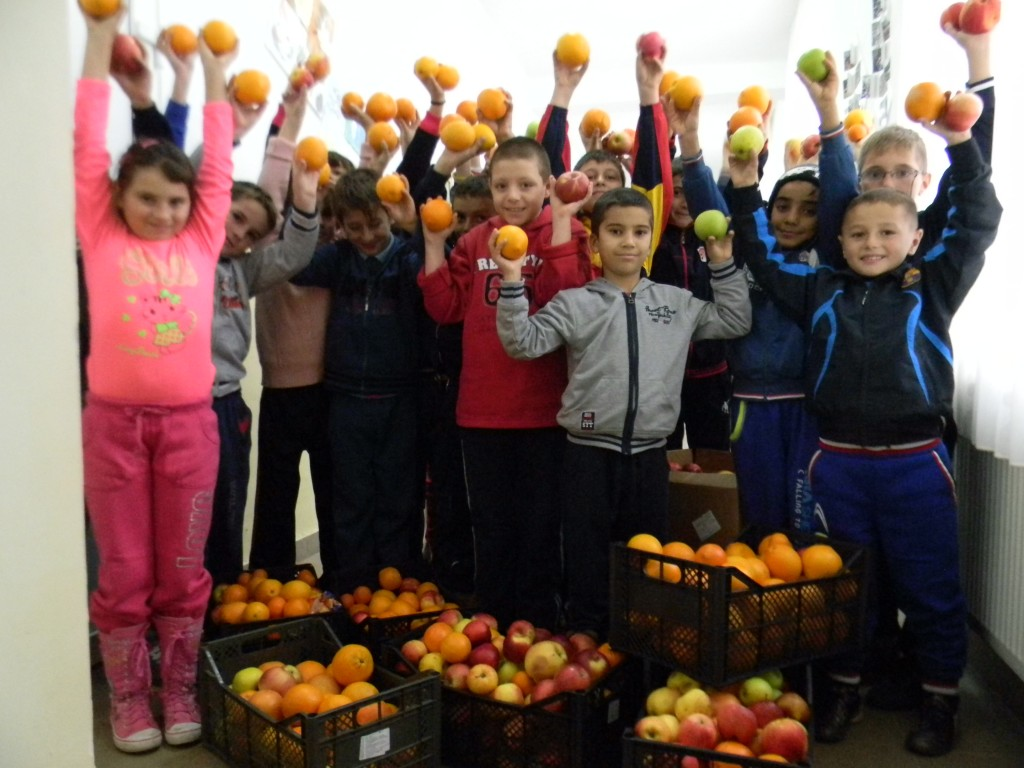 """Copiii de la scoala gimnaziala """"Gheorghe Titeica"""" au oferit 350 de kg de mere si portocale celor 555 de copii prescolari si din ciclul primar din comunitatile partenere World Vision Romania"""