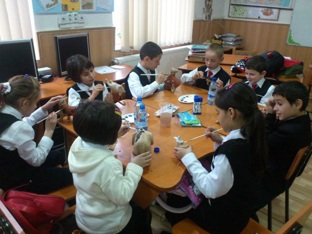 Timp de cinci zile, 28 de copii au participat la ateliere de creatie prin intermediul carora au fost provocati sa-si exteriorizeze sentimentele reprimate.