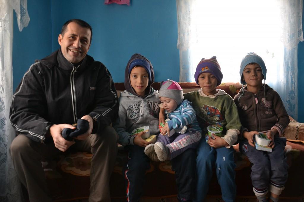 Bloggerul Daniel Botea a impartit cadouri la 10 familii implicate in proiectul World Vision Romania.