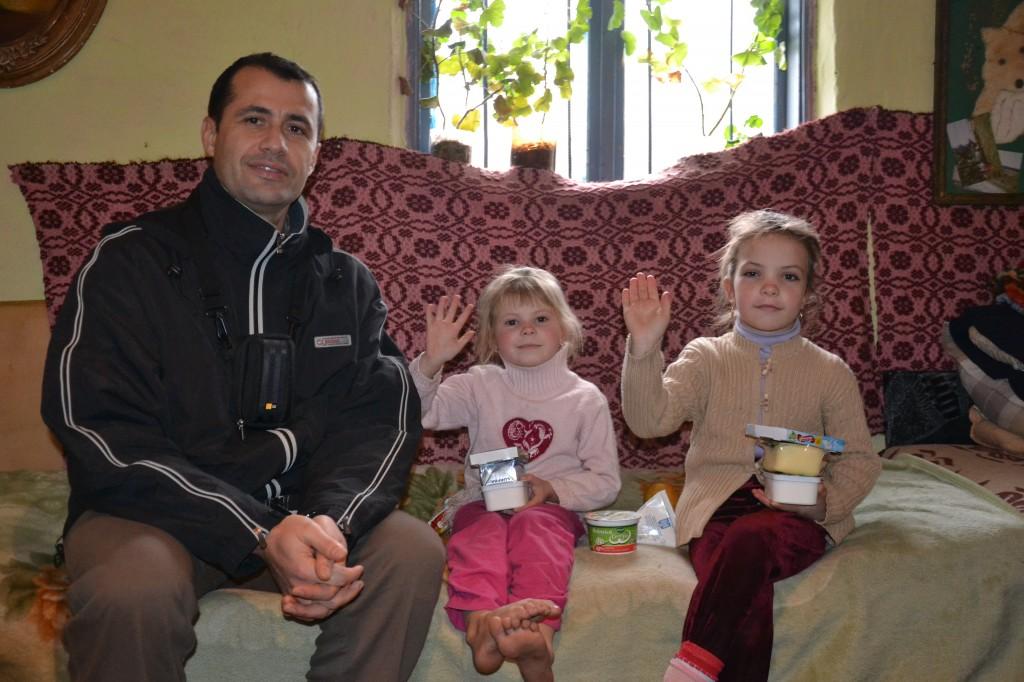 Bloggerul Daniel Botea alaturi de copii uneia din cele 10 familii care a primit cadouri constand in produse alimentare.