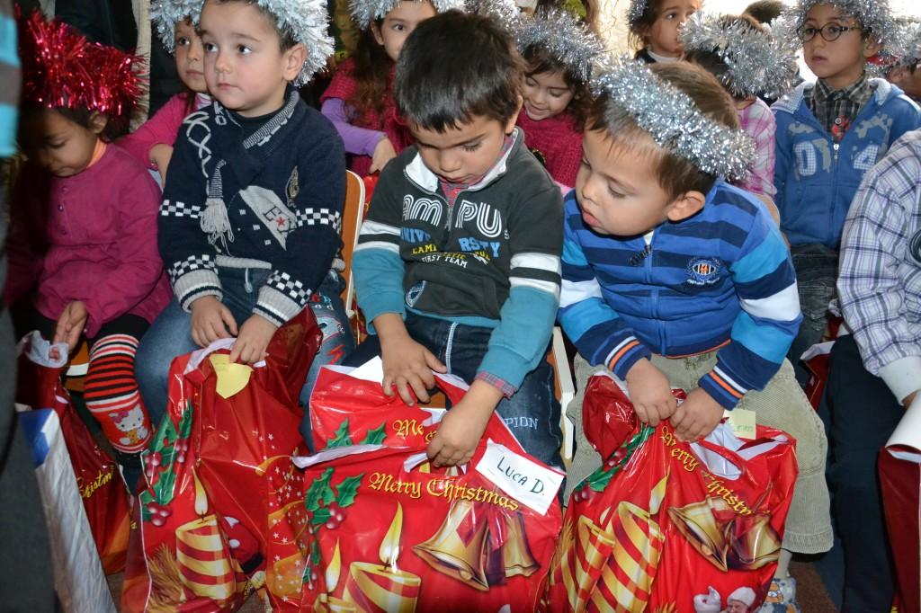Copilasii fericiti la primirea cadourilor.