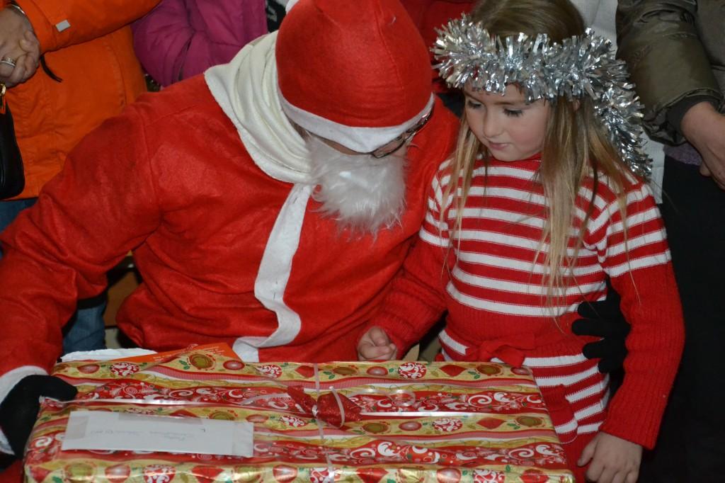 Anul acesta, Mos Craciun a reusit sa ajunga la 804 copii in nevoie din mediul rural cu cadouri constand in jucarii, dulciuri, rechizite si articole de imbracaminte.