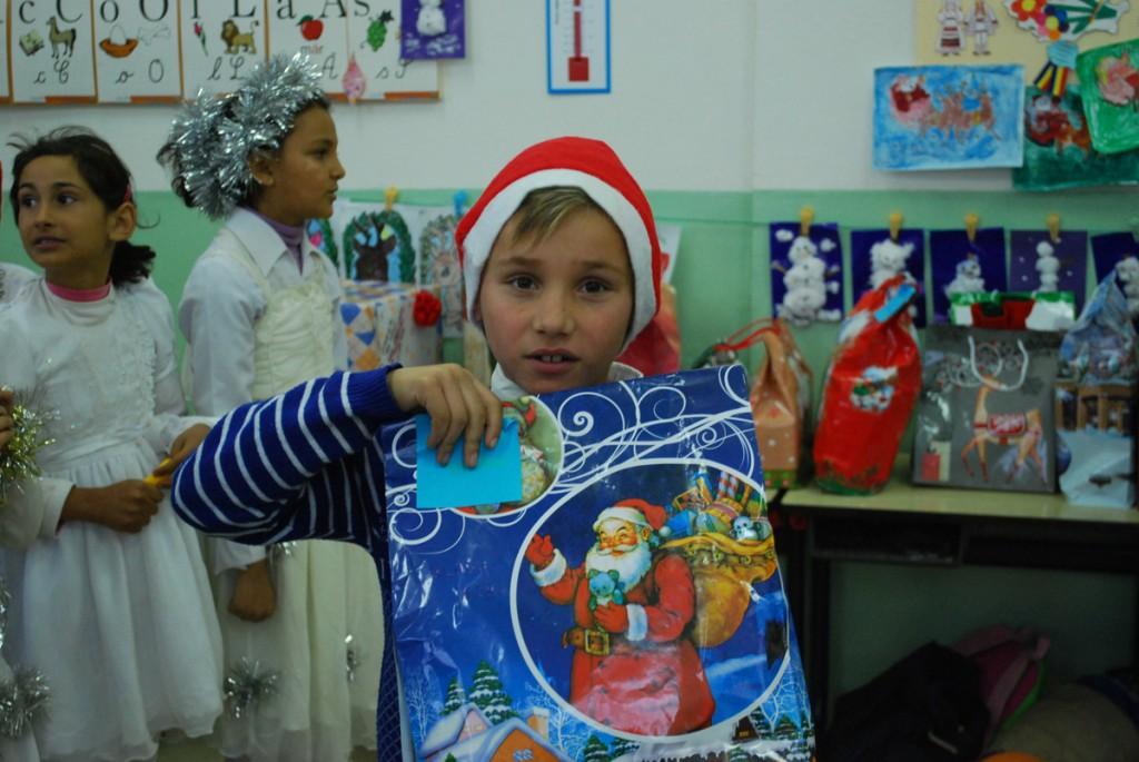 In semn de multumire pentru Mos Craciun, copiii au pregatit un frumos program de colinde si uraturi.