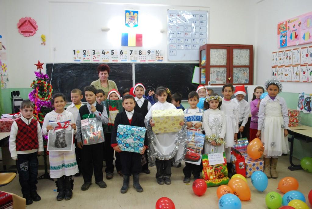 Anul acesta, Mosul a fost reprezentat de angajatii unei companii din Iasi care au adus bucuria sarbatorilor de iarna in sufletele micutilor, acestia oferindu-le cadourilor mult visate.