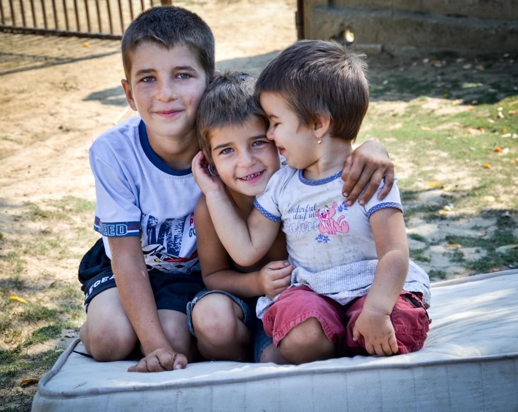 Povestea lui Lucian (10 ani), a Nicoletei (5 ani) si a Denisei (3 ani) se aseamana cu povestea multor copii din satele defavorizate ale Romaniei.