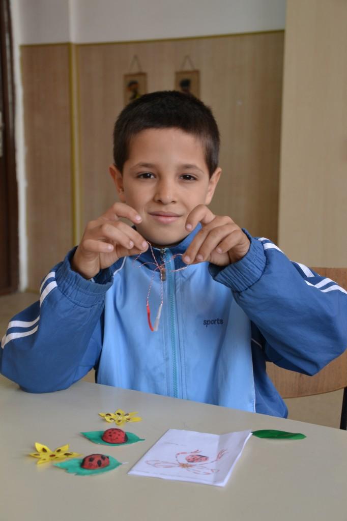La ora de lucru manual a pregatit pentru mama lui o buburuza pe care vrea sa i-o daruiasca de 8 Martie pentru a-i purta noroc.