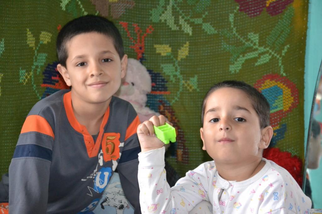 Ionut mai are o sora, Bianca, 9 ani, si un frate, Alex, 4 ani. Intreaga familie traieste din alocatiile copiilor si ajutor social.