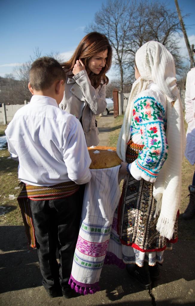 Familia fetitei si intreaga comunitate au primit-o cu inimile si cu bratele larg deschise.