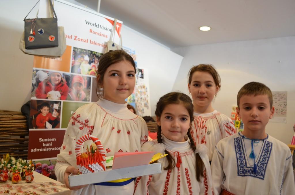Copiii alaturi de martisoarele realizate impreuna cu echipa World Vision Romania.