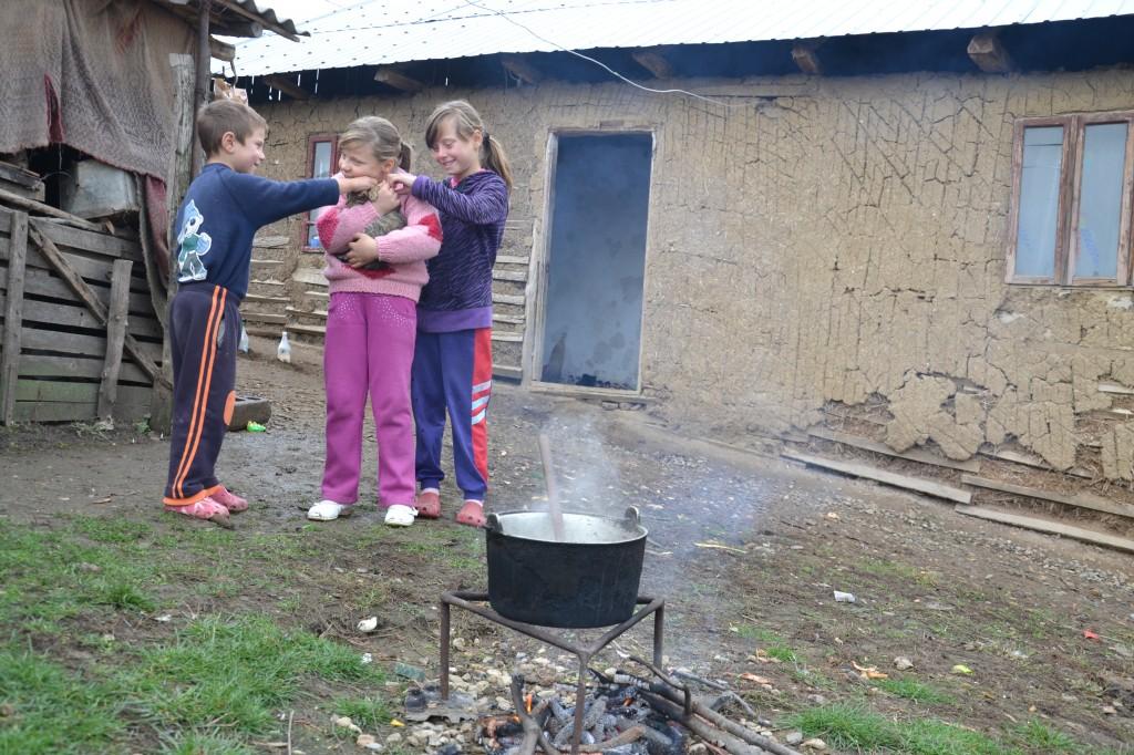 Asteptand sa fie gata mancarea, copiii se joaca in fata casei (2)
