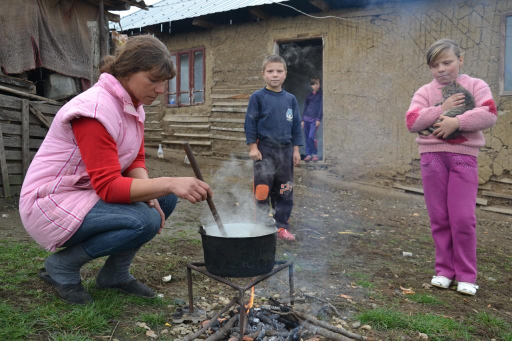 Mama lor, Liliana, pregatindu-le masa
