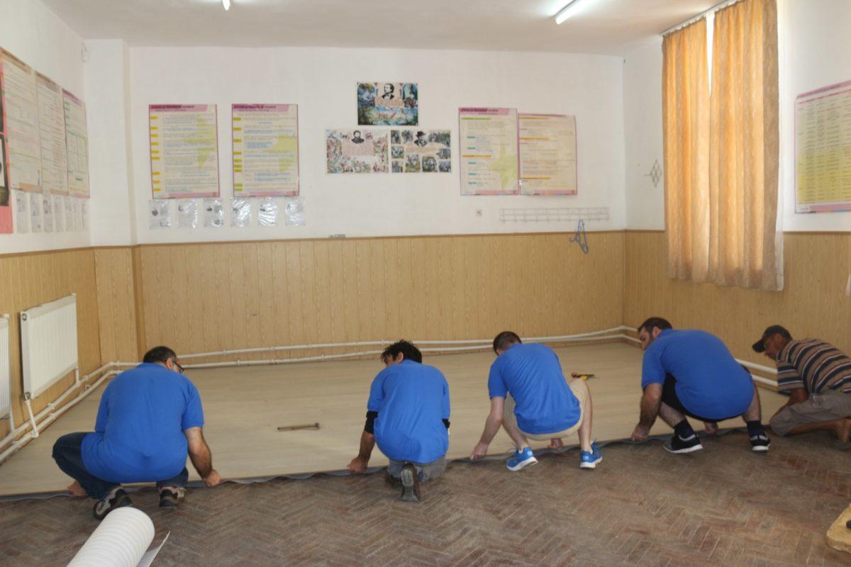 Voluntarii companiei Genpact au contribuit la amenajarea a patru săli de clasă din cadrul Şcolii Maica Domnului din Roşiori