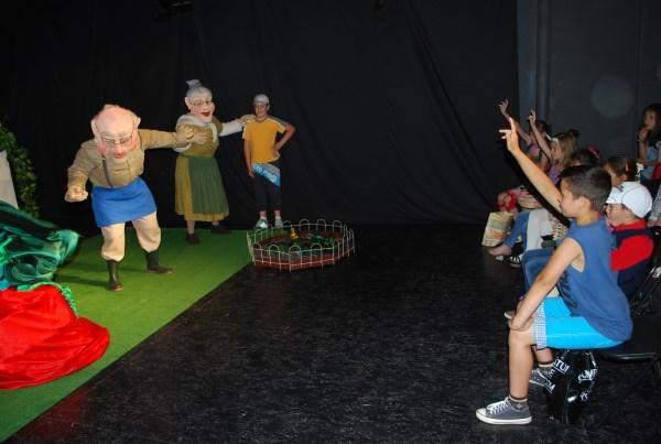 """""""Caravana cu poveşti"""" le aduce copiilor de la sate spectacole pline de aventură şi magie"""