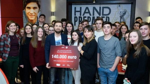 """La al 10-lea an de parteneriat cu World Vision România, KFC și Pizza Hut vor dona suma record de 140.000 pentru programul """"Vreau în clasa a noua"""""""